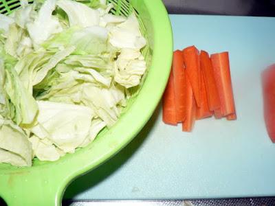 焼きそば用に野菜を切る