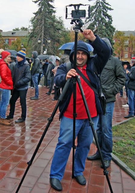 Корреспондент радио Эхо Москвы в Самаре,  Гор Мелконян, ведет прямой репортаж с митинга.