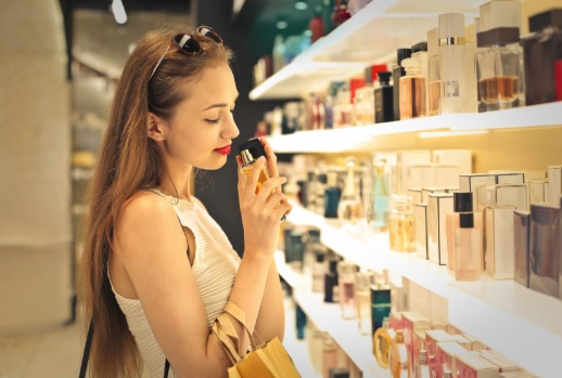 femër duke nuhatur parfumin