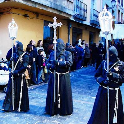 Cruz y faroles procesión Cristo del Gran Poder. Domingo de Ramos. León. Foto G. Márquez.