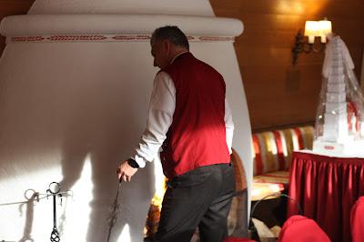 Herbst- oder Winterhochzeit mit Kaminfeuer, Herbsthochzeit in den Bergen von Garmisch-Partenkirchen, Hochzeitslocation in Bayern, Riessersee Hotel - Bordeaux, rote Rosen, herbstlich