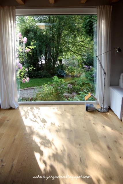 ein schweizer garten eine kletterrose im wohnzimmer. Black Bedroom Furniture Sets. Home Design Ideas