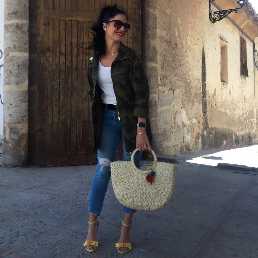 LOOK PRIMAVERA outfit Chaqueta camuflaje, jeans retro, capazo de mimbre con pompones y sandalias con flores