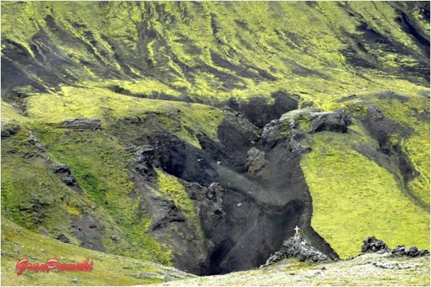 Terreno volcánico y musgos en el camino a Landmannalaugar