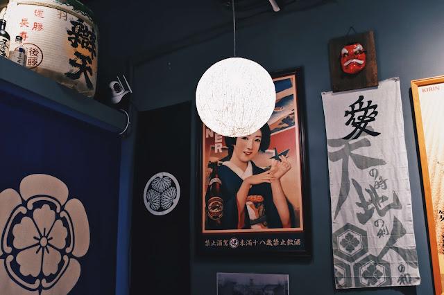 推開門,是有些狹長窄小的用餐空間,很有日式小店的氛圍
