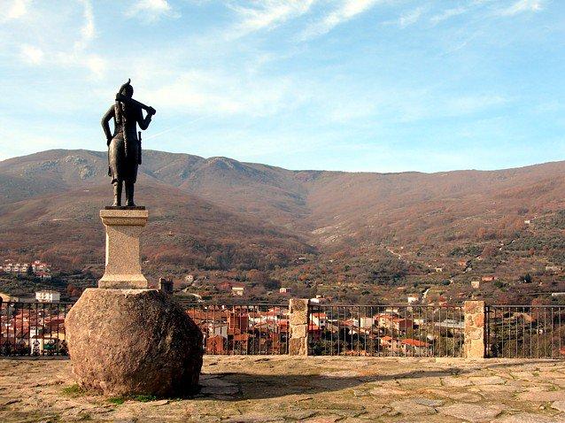 Estatua erigida en honor de la Serrana de La Vera en Garganta la Olla (Cáceres).