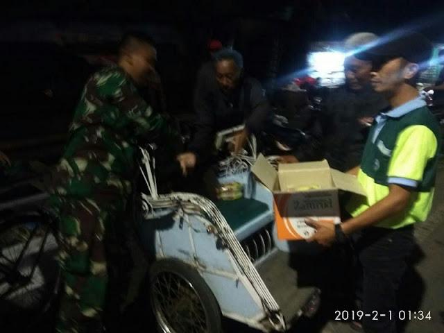 Tengah Malam, Anggota Yonif Mekanis Raider 413 Kostrad Keliling Kota Sukoharjo Bagi-Bagi Nasi Bungkus