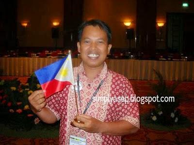 Saya dengan Bendera The Philippines.   Foto ini diambil oleh teman saat saya mengikuti Konferensi MDGS di JW Marriott Jakarta tahun 2010 yang lalu.  Foto Istimewa