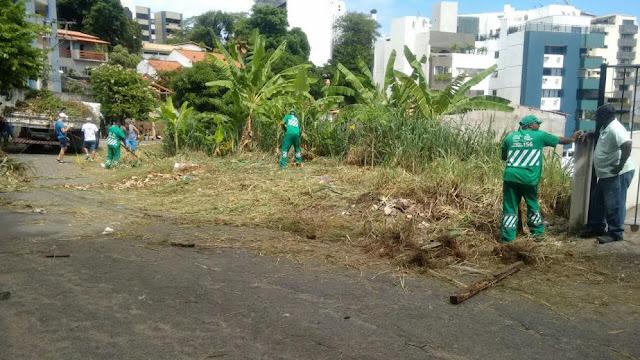 Moradores da Rua Tupinambás com apoio da Limpurb cuidam da rua onde moram. Bonito de se ver!