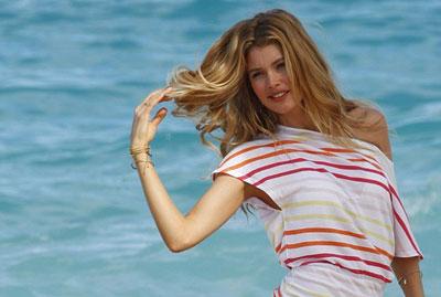 Cara Hindari Rambut Kusut Usai Mandi di Pantai