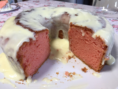 Bolo de morango com cobertura de ganache branco
