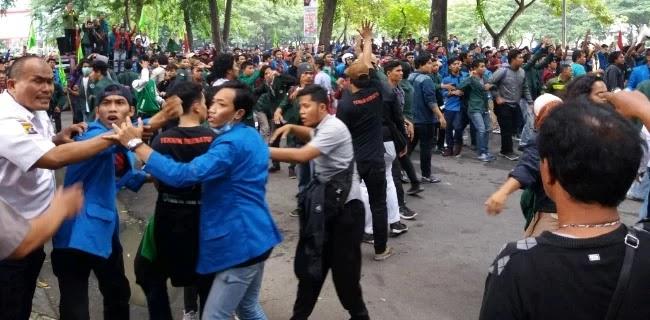 Pendukung Jokowi Lempar Mahasiswa Saat Aksi, Bentrok pun Pecah