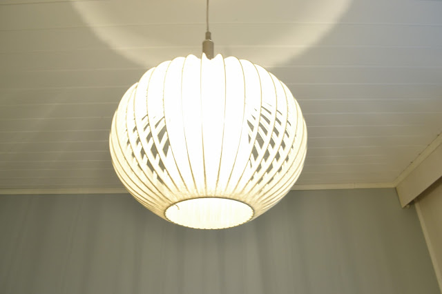 Saippuakuplia olohuoneessa. blogi, kuva Hanna Poikkilehto, koti, sisustus, valaisin, kattovalaisin, lamppu, virvatuli valaisin,