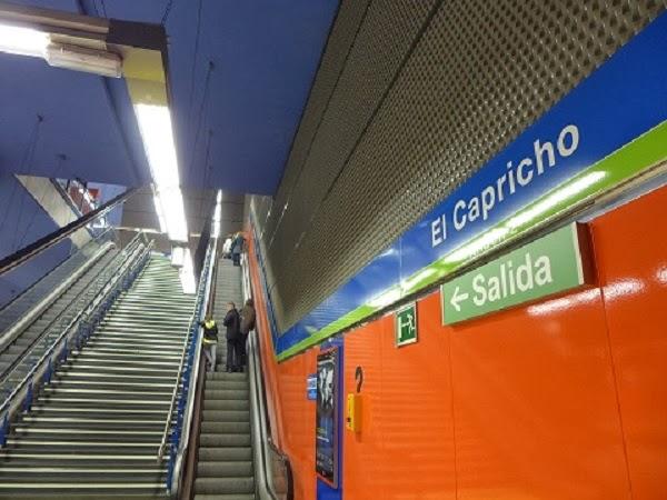 saliendo de la estación de metro