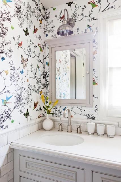 płytki cegiełki i tapeta w łazience