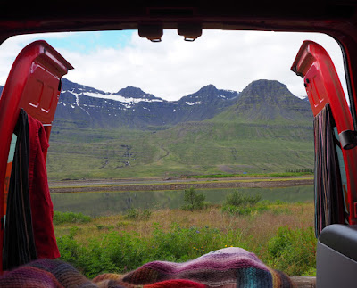 Camper aparcada con vistas a los fiordos