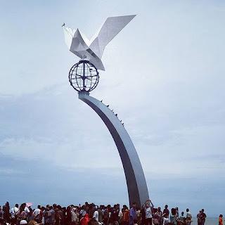 Tugu Perdamaian di Pantai Padang