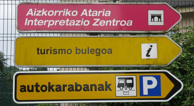 Senyalització de l'àrea d'autocaravanes de Zegama