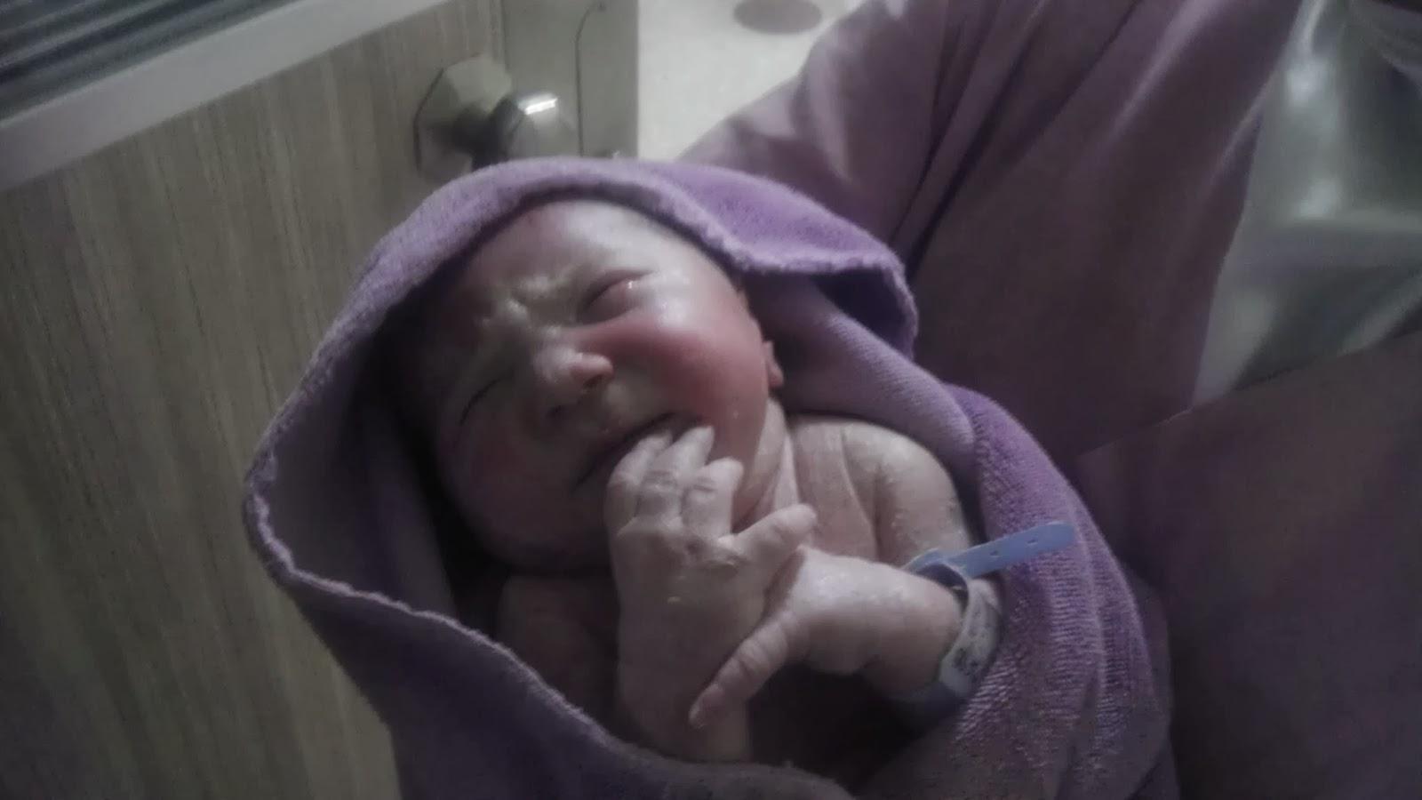Bembeyaz saçlarıyla doğan bebek şok etti