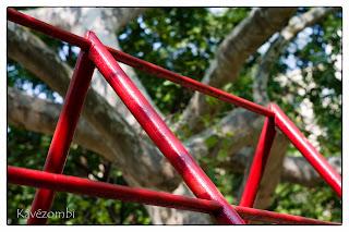 Pirosra festett csövekből készült mászóka egy szegedi lakótelepen