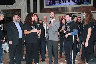 Ο Βαγγέλης παρουσιάζει τις δύο ανήλικες εθελόντριες