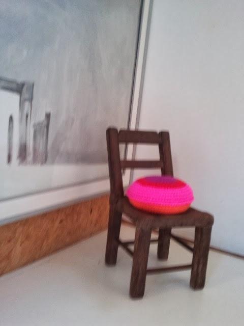 almohadon redondo crochet tejido - Un detalle de color en un pasillo. Almohadón de crochet.