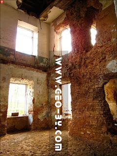Грозов. Внутри руин усадьбы Меержецких