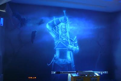 Malowanie obrazu na ścianie farbami fluorescencyjnymi, obraz świecący w ciemności, mural UV black light