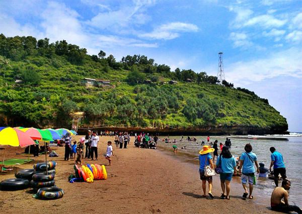 Akitivitas wisatawan di Pantai Baron