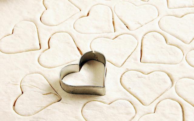 Deeg in de vorm liefdes hartjes