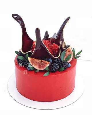 K'Mich Weddings - wedidng cake ideas - red cak with blackberry and passion fruit with greenery and crystal topper - instagram