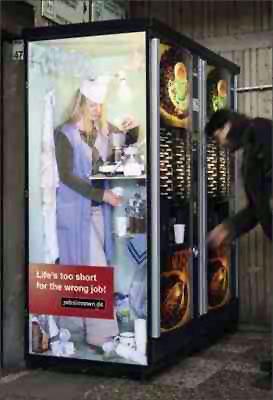 Bir kahve otomatı içinde kahve yapan bayan