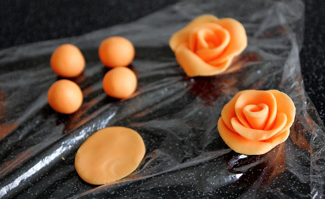 Easy Fondant Roses for Mothering Sunday Cakes