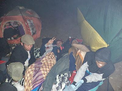 tidur di luar tenda
