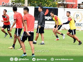 Ronald Arana obeserva atentamente la práctica de fútbol de Oriente Petrolero en San Antonio - DaleOoo