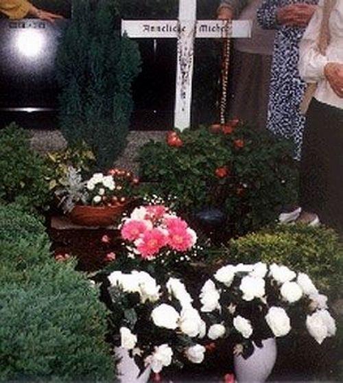 Giờ đây, ngôi mộ của Anneliese đã trở thành điểm hành hương của hàng nghìn tín đồ cơ đốc