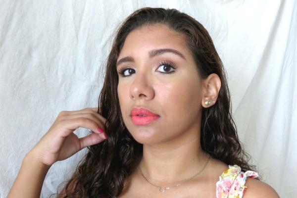 pintalabios coral maquillaje bronceado