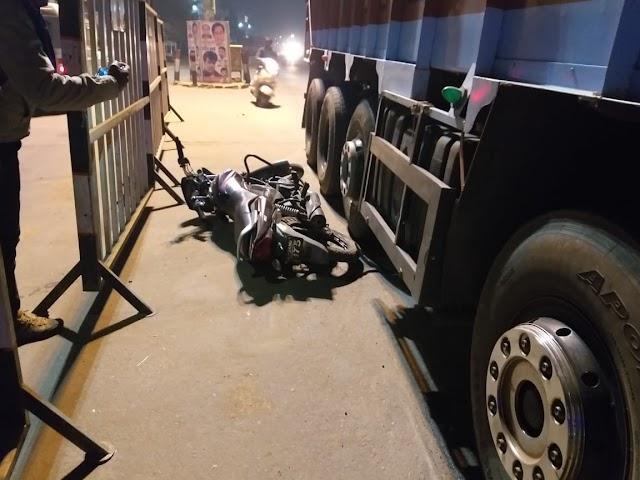 सर्द रात में लाल परी का टशन.. किल्लाईं नाके पर ट्रक की टक्कर से बाइक सवार फाइनेंस कंपनी के अधिकारी की मौत.. जटाशंकर तिराहे पर टकराई कार, लगा रहा जाम..