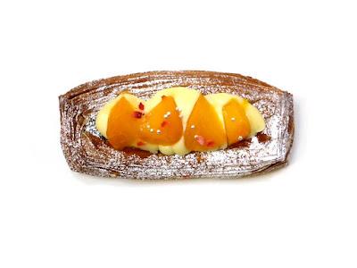 黄桃とホワイトチョコのデニッシュ | MAISON KAYSER(メゾンカイザー)