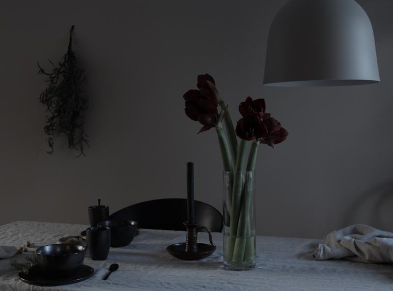 keittiön katettu pöytä ja kukkaasetelma