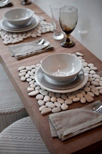Buat tatakan piring dari batu-atu yang berwarna menarik. Bisa menggunakan batu kali atau batu apung.
