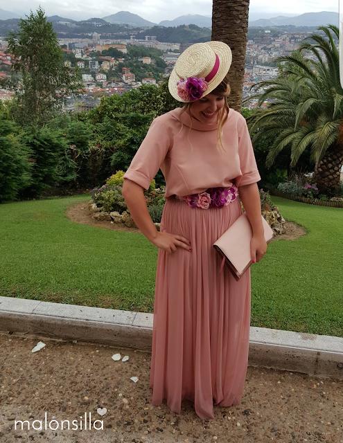 Look invitada en rosa palo con falda larga de tul y blusa, en un jardin del monte Ulia de San Sebastián