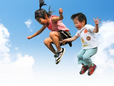 写真 「飛び跳ねる子供たち」