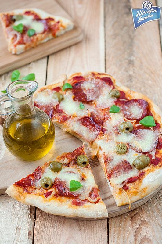 Pizza z salami na cienkim spodzie