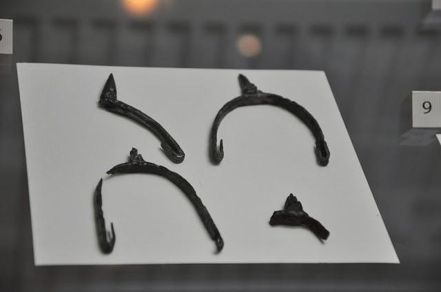 ostrogi żelazne pochodzące z wykopalisk na grodzisku w Lubomii