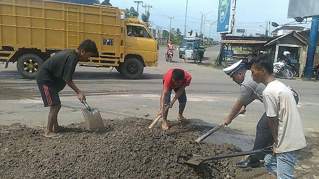 Peduli Keselamatan Berlalulintas, Satlantas Polres Muba Tambal Jalan Berlubang