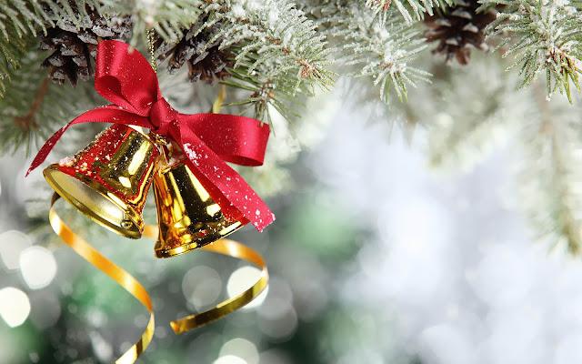 Wallpaper met gouden kerstklokjes in de kerstboom