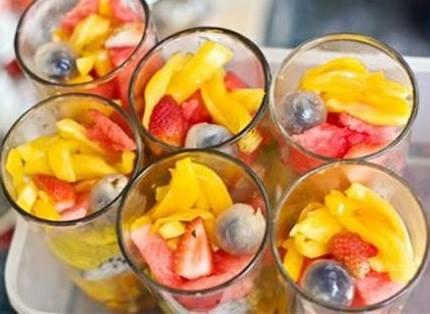 Giải khát với sinh tố dầm hoa quả