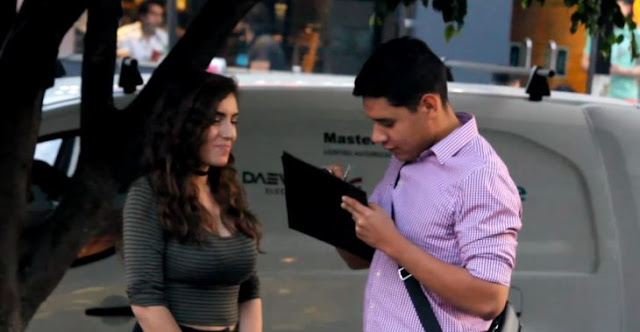 Bella chica seduce a mexicanos para que firmen a favor del muro