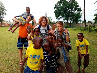 Voluntarios y voluntarias en uno de los proyectos de Kenia.